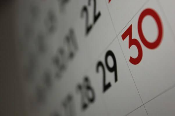 Fotografía muy de cerca de final de mes en un calendario, en especial del día 30.