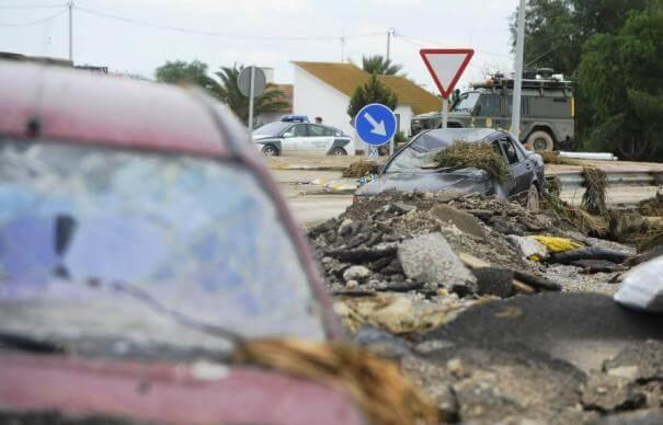 Fotografía de varios vehículos afectados por una catástrofe natural. Gestión de crisis, de las inundaciones de 2012.