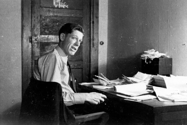 Una fotografía de Harry Leland Mitchell, secretario ejecutivo, y posteriormente presidente, de la Unión de Granjeros Arrendatarios del Sur (Southern Tenant Farmers Union, STFU), trabajando en su oficina, en el cuartel general de la STFU en Memphis, Tennessee.