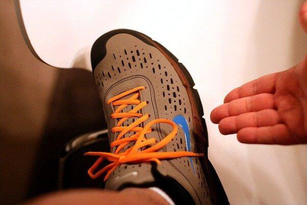 Un primer plano de los cordones anudados de unas zapatillas de deporte, en referencia al vídeo de Terry Moore sobre cómo atarse los zapatos, y al tema del post de que siempre hay algo que aprender.