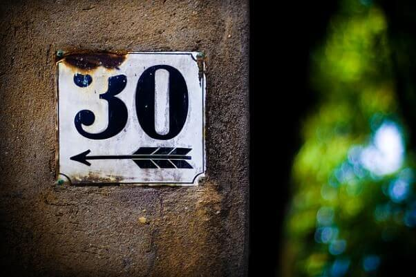 Una placa en una pared, con el número 30.