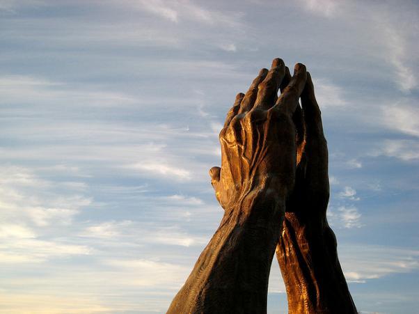 Unas manos de bronce colocadas como si estuvieran rezando. De alguna forma parecen querer enseñarnos como recuperar la confianza.