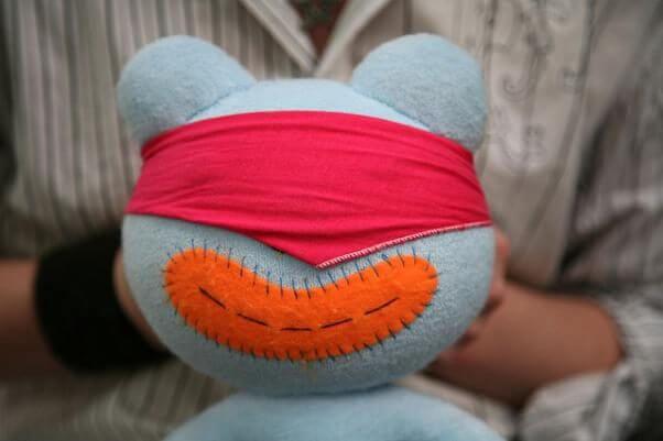 Un muñeco de trapo, como si estuviera realizando una prueba de confiabilidad, con los ojos vendados.