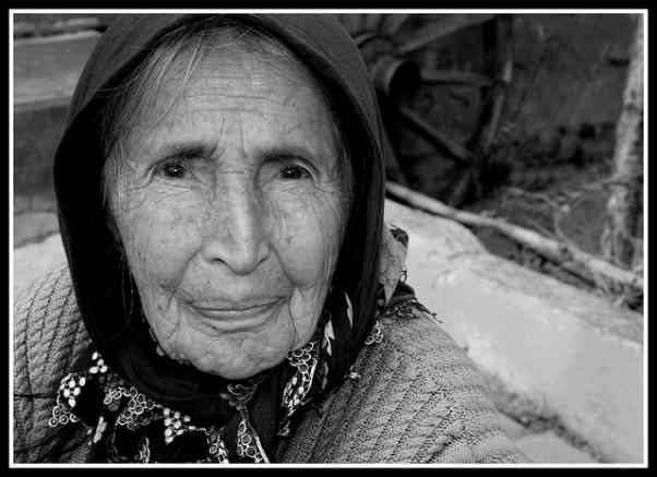 Una fotografía en blanco y negro de una de esas personas que quizás no hayan tenido la ocasión de ir a la escuela, pero que disponen de una buena educación emocional. Una abuela.