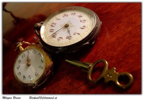 Dos relojes de pulsera, marcando diferentes horas.