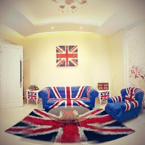 Una sala de estar totalmente decorada con muebles que muestran la Union Jack.