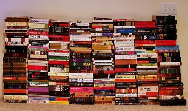 Un gran número de libros apilados en 8 columnas de unos 20 libros de altura.